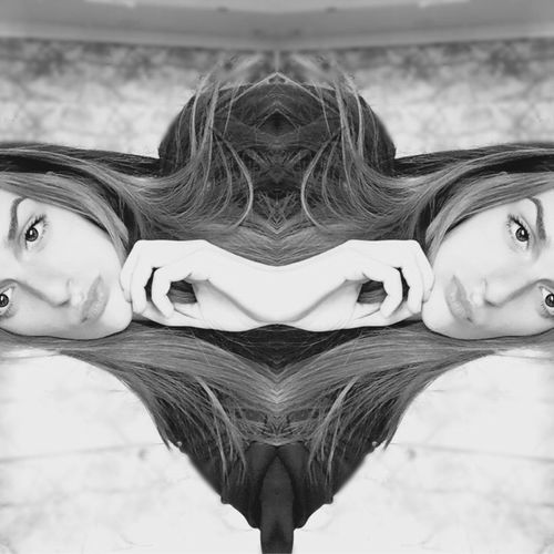 Tendre la main. Portrait Lifestyles Long Hair Girl Life Taking Photos White Color Blackandwhite Portrait Of A Woman Mirror Headshot IPhoneography Light And Shadow Monochrome Light 🌊 Holiday