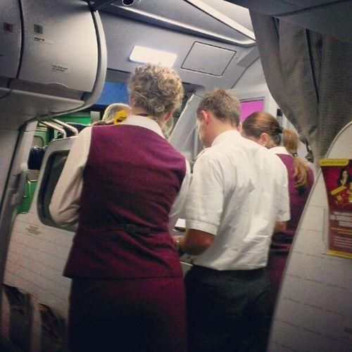 Kapitän, Stewardessen und Boden Crew rätseln über der Passagierliste. #4U88 4u88