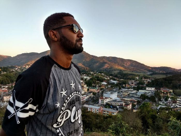 Horizonte terrestre Young Man Montain View Montain Collection Portrait Photography Afro American Glasses Sunglasses Eyeem Market EyeEm Selects Sunset Mountain Clear Sky Beard Macho T-shirt Eyeglasses  Standing Individuality Sky Parachute Thoughtful
