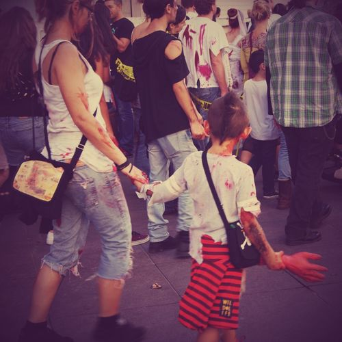 Surtout tu lâches pas la main de ton père ! / Don't ever leave your father's hand!. Zombie Zombiewalk Marseille 2014 Show Me Your Hand Halloween Horrors