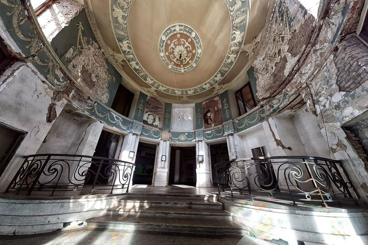 Abandoned Cinema Apollo In Tbilisi Abandoned Buildings Staircase Abandoned Places Interior Abandoned Architecture Indoors  History Built Structure Ornate Pattern Travel Destinations Low Angle View No People Architectural Column Day