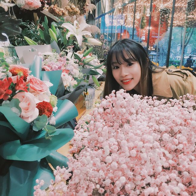 Flower Smiling Portrait Looking At Camera Beauty Market Cheerful Beauty In Nature One Person Freshness One Woman Only Cute Girl Nice Day Flower Market Self Portrait