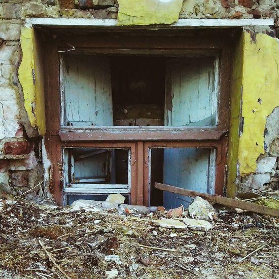 разбитое окно в земле