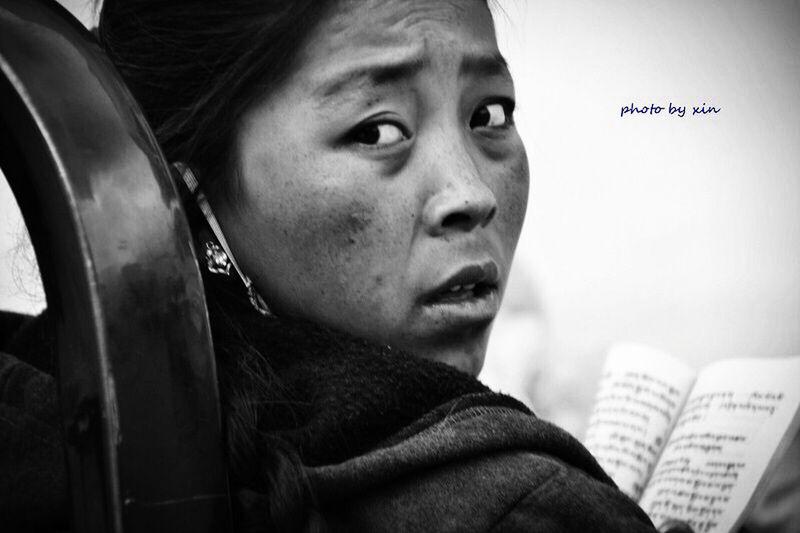 在日喀则拍的,卖菜的小姑娘手捧佛经随时诵读,这就是信仰,融入骨血。