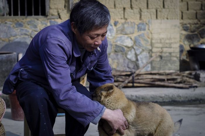 "Showcase: February 父亲与家里的""搓澡""😃😄🐶 小狗 Dog 人与动物 感情 温馨 Relaxing 动物"