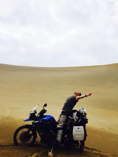 Gratidão!!!!! Triumph Pacificocean Dunasnopacifico Cheguei Gratidao Motorcycle Sky Men Landscape Riding Real People Adventure