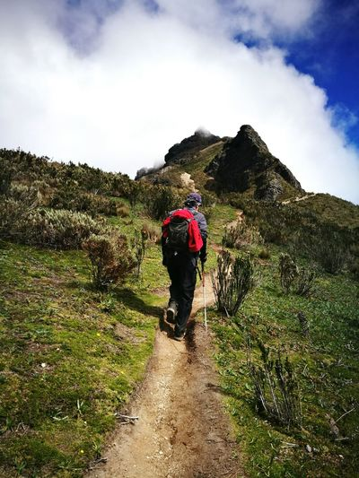 caminante de montaña Mountain Men Sky Grass Cloud - Sky Landscape Hiker Volcanic Landscape Mountain Climbing Climbing Equipment Rocky Mountains Backpack Hiking Hiking Pole Volcanic Rock Rock Climbing Volcano Active Volcano Uphill Mountain Range