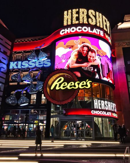 [ A Choclate Lovers Dream🍫] Showcase March Nightphotography Night View Nightlife People Photography New York New York Las Vegas Travel Destinations Travel Photography Wanderlust Lights Cityscape Nightscape Hershey's Building Exterior Buildingstyles Outdoor Photography Vacation Photographer Tourist Tourism From Where I Stand