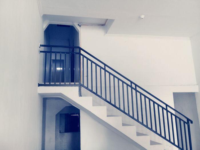 [ طريقك طريقك. لا طريقهم ] 🍃 ٩/٢/٢٠١٨ Photography باب Door طريق لا طريق غيرك احرص سلم درج باسم الله EyeEm Selects Staircase Steps And Staircases Railing Steps Architecture Built Structure Indoors  Day The Graphic City