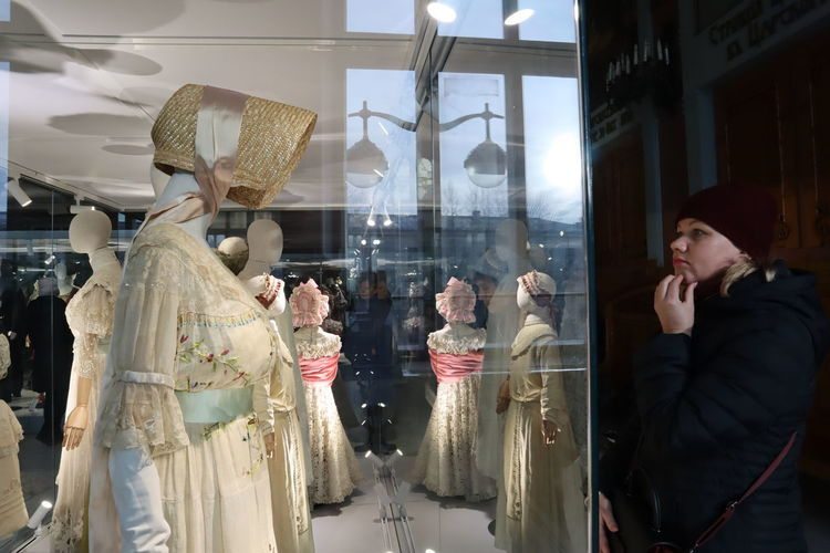 Reflection Glass - Material Transparent Window Communication People Human Representation Real People Mannequin Store Incidental People Shopping Retail  Lifestyles Retail Display Casual Clothing Waist Up Adult Business
