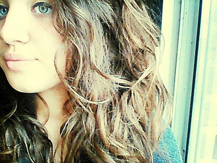 Moi avec cheveux frisée . Relaxing