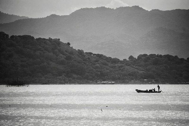 Haloprivilege kagum tiada henti melihat ketangguhan nelayan kita, Siang pun tetap bekerja, sementara yang lain menikmati tidur siangnya. @kartu_halo Lokasi : Bima, Nusa Tenggara Barat. Instanusantara Instamakassar Instapinrang