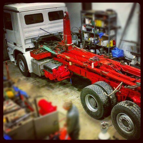 Göran köpt ny lastbil, Lars och Göran håller på att flytta över lastväxlaren. Mercedes -benz Lastbil Vellinge
