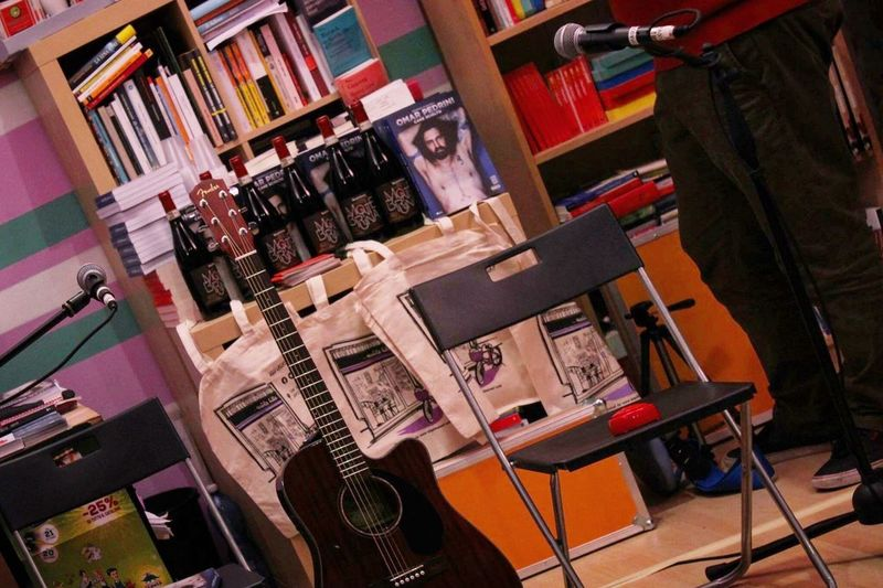 Indoors  Music Store No People Bookshelf Day Guitar Book Books Library Libro Vino Bottle Lilac Lilla Presentation Inside Photography