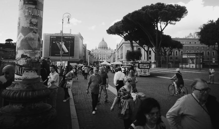 ......or no focus ?? Real People Architecture People Architecture Traveling Site Seeing Rome Tourism Rom Big City Roma Beautiful View Travel Photography Places I've Been Smartphonephotography VaticanCity Siteseeing New Perspectives This Is Roma Embrace Urban Life Love Traveling Blackandwhite Photography Monochrome Photography Blackandwhite Black And White The Street Photographer - 2017 EyeEm Awards