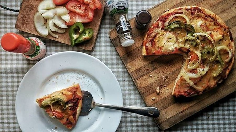 Pizza 🍕. Have a nice look guys.😁😝📷🍴☕ PracticeMakesPerfect Foodphotography PhonePhotography Sonyz2 Sonyimages Homemade Homemadestudio Pizza Hungry Eat Flatlay Foodporn Stepbystep Instagram Instadaily Sony