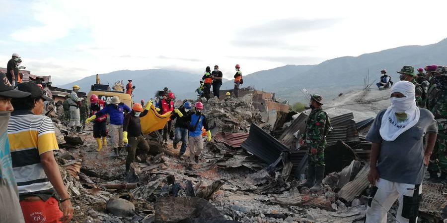 A body pulled out in a search mission in Balaroa area in Palu, capital of central Sulawesi province in Indonesia on Friday Oct 5, 2018, a week after a magnitude 7.4 quake hit the city triggering Tsunami and land liquefaction claiming thousands of lives and displacing almost 80 thousand people, a total of 10 bodies retrieved that day Seismic Activity Palu Koro Fault Earth Fault Geology Disaster Management Ring Of Fire Earthquake And Tsunami Urban Rescue Mission Body Bag Body Being Pulled Dead Body In Body Bag Unedited Unfiltered Huawei Nova 2i Natural Disaster Emergency Response Search And Rescue Palu Sulawesi Earthquake Men Politics And Government