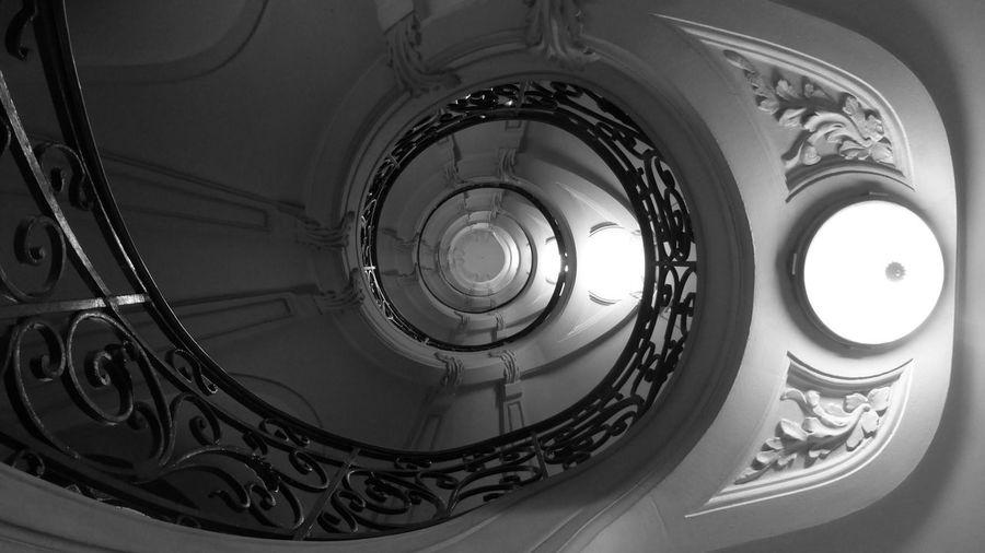 Vue En Contre-plongée élément Architecturale Juste En Dessous Spirale Design Cercle Forme Géométrique Plein Cadre Puits De Lumière Jour Gros Plan Repetition Decore