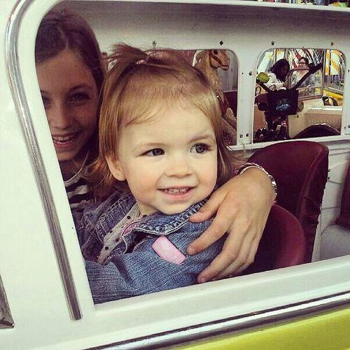 Faye samen met Luna in de carrousel op de kermis. Wat een plaatje. Trotsetante