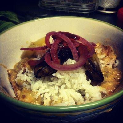 Guatita(Ecuadorian peanut stew) with garlic jasmine rice, sweet plantains and pickled red onion Whatveganseat Guatita Legalrunners Vegancomfortfood thebuenavegansocialclub