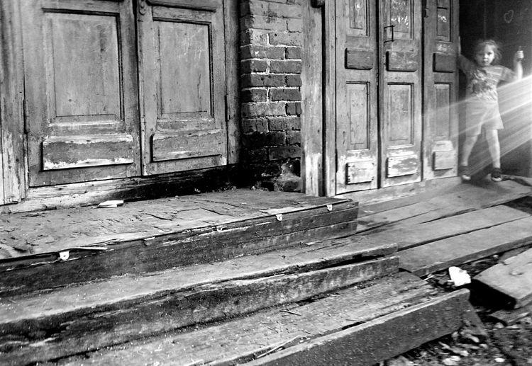 Mobilephotography Streetphotography Streetphoto_bw Old House Old Doors Blackandwhite Monochrome Glitch