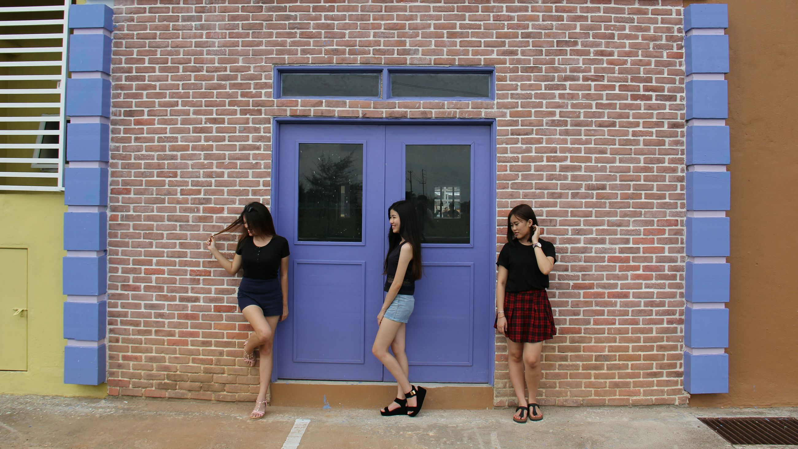 building exterior, built structure, architecture, window, outdoors, lifestyles, reflection, brick wall, front door, real people, friendship, full length, two people, people, residential building, day, adult, young women, adults only, young adult