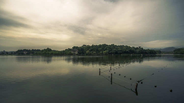 望见孤山北麓,一所两层房屋,记得在下面避雨,忘了是什么去处。 morning lake Cloud - Sky Hangzhou,China Lake Morning Reflection Sky The West Lake Water Xihu Lake