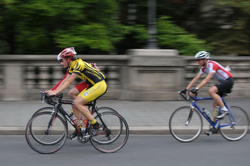 Radrennfahrer auf der Brücke am Theater in Braunschweig Bicycle Blurred Motion Cycling Fun Land Vehicle Leisure Activity Men Nikon 35/1,8 Nikon D300s Real People Riding Side View Braunschweig Nikonphotography