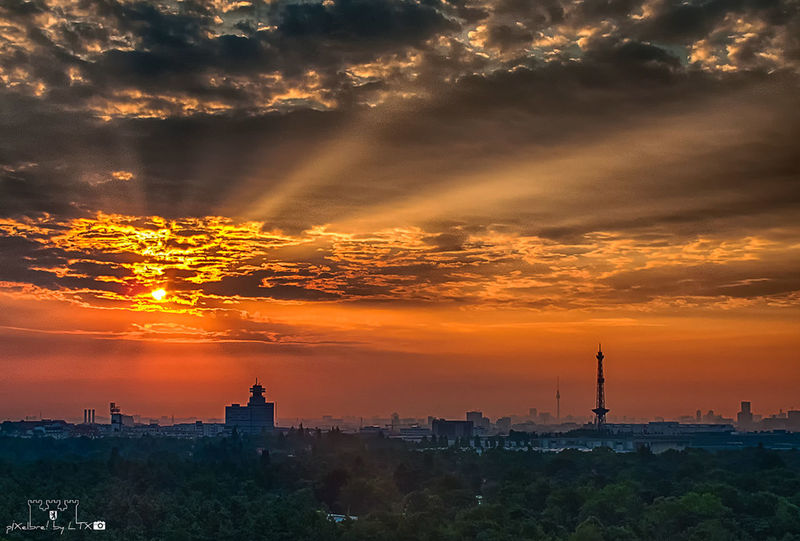 Wann wird es mal (wieder richtig) Sommer? Berlin Clouds And Sky Skyporn Sunrise Silhouette Berliner Ansichten Charlottenburg  Skyline Dawn Enjoying The View