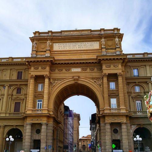 피렌체의 리퍼블리카 광장의 큰 문 그리고 그 옆에 있는 회전목마... 피렌체를 다니다보면 몇번이나 지나가는 그곳 리퍼블리카광장 Piazzadelrepublica República  Firenze Florence Italia Italy 피렌체 이탈리아 광장 Piazza