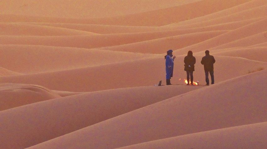 Waiting For The Sun Sahara Sahara Desert Maroc Marokko Waiting In The Cold Cold Desert Warmingup Warming Up By The Fire Sand Dune Sand Deserts Around The World Desert Life