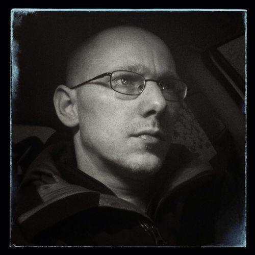 13 Feb / Tema: Low Key. Testade att använda belysningen i bilen och lite snapseed på det :)