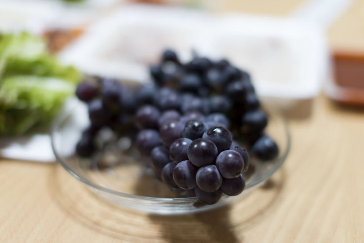 Close-up of grapes in bowl on table