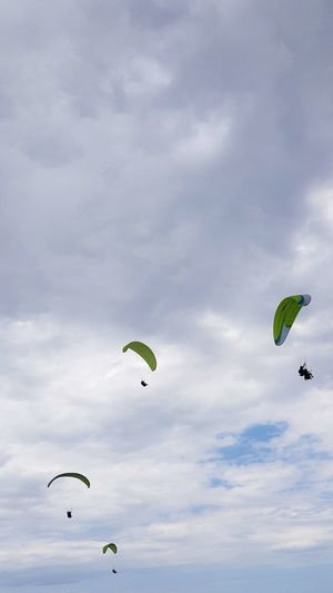 parapente sopelana Parapente Sopelana Fly Flying Paragliding Stunt Person Aerobatics Parachute Headwear Extreme Sports Flying Pilot Multi Colored Adventure Parasailing Sports Activity Formation Flying