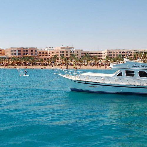 Blick auf die Hotelanlage des Beach Albatros Resort - von Bord eines Ausflugsboots, das uns sn dem Tag an ein entferntes Korallenriff bringt. Nakieken Travel Travelpic Egypt Ägypten  Love Photooftheday Beautiful RedSea Ägypten  Reise Urlaub