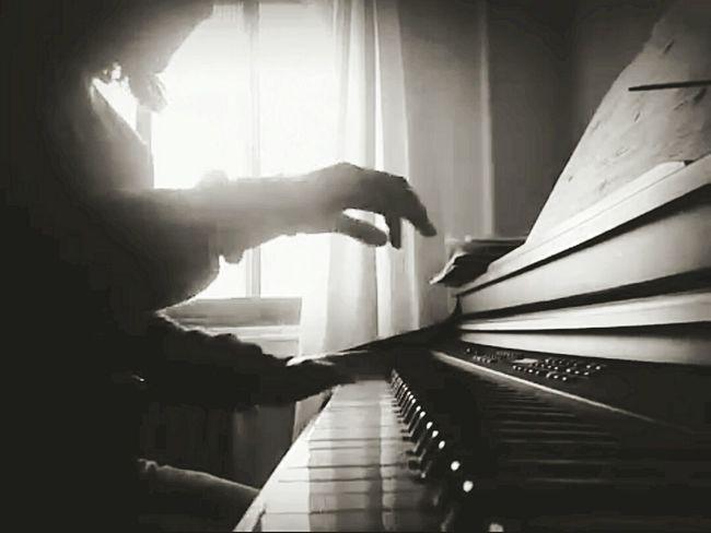 Porque sólo el me transporta a donde yo quiero...xq sólo el escuxa y me acompaña en mis momentos de tristeza... Myvision Cuban Pianist Piano Time Relaxing Time Myself Palencia Blackandwhite