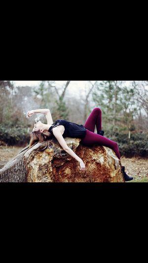 Model Paris Taking Photos Enjoying Life Ne pas prendre la vie au serieu . ?