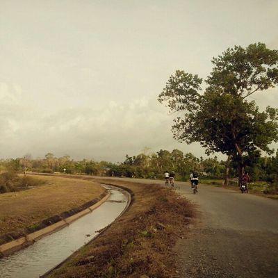 เลียบคลองชลประทาน วิถีชาวบ้านที่ทับซ้อนกับวิถีจักรยาน นิพพานบนหลังอานจึงบังเกิด Touringbicycle Trang Bikeintrang Bicycle