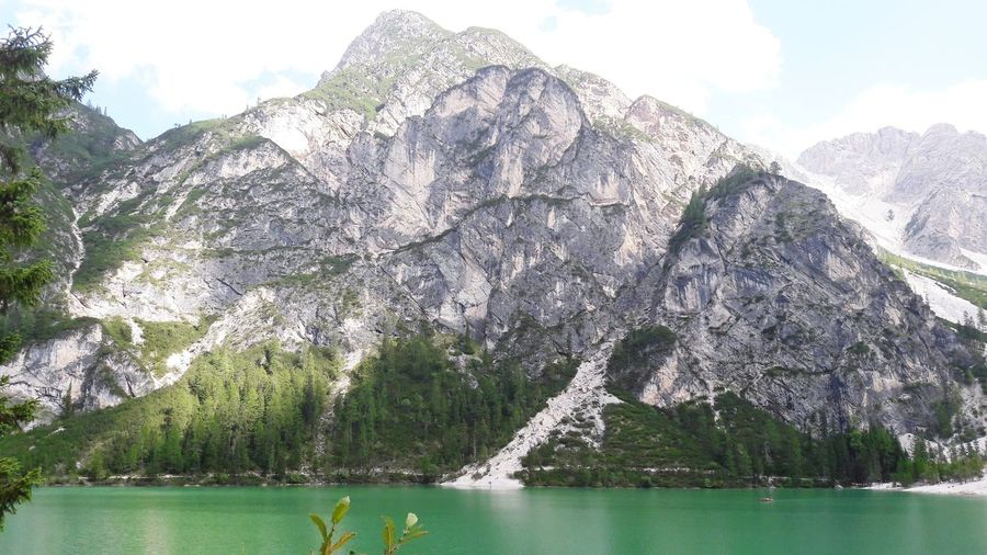 Lago Braies. Alto Adige (Italia) Water Tree Sky Mountain Day Nature Lake No People Outdoors Scenics Cloud - Sky Beauty In Nature circondato dalle Dolomiti