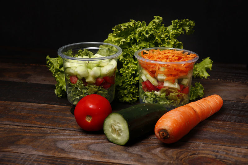 salada Vegetable Food Food And Drink Freshness Healthy Eating Wellbeing Carrot Still Life Indoors  Table Root Vegetable Tomato No People Wood - Material Fruit Close-up Ready-to-eat Studio Shot Salad Raw Food Black Background Herb Vegetarian Food Chopped