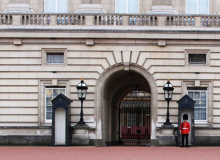 England Uk London London Architecture Buckingham Palace Palace Godsavethequeen Urban Moments Guard EyeEmNewHere