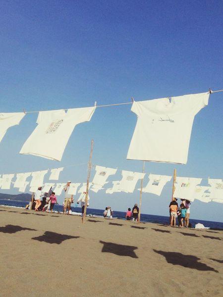 青い海に白いTシャツ。いつ来ても、やはり絵になります。 Tシャツアート展 砂浜美術館 高知