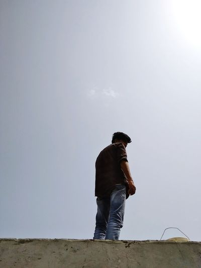 Ways Of Seeing Worker Suhelsiddiqui Boy Casual Clothing On The Roof EyeEmNewHere EyeEm Nature Lover Full Length Men Mid Adult Walking Sky Agricultural Field Posing Hooded Shirt Wearing The Portraitist - 2018 EyeEm Awards The Fashion Photographer - 2018 EyeEm Awards The Still Life Photographer - 2018 EyeEm Awards Creative Space A New Beginning The Modern Professional