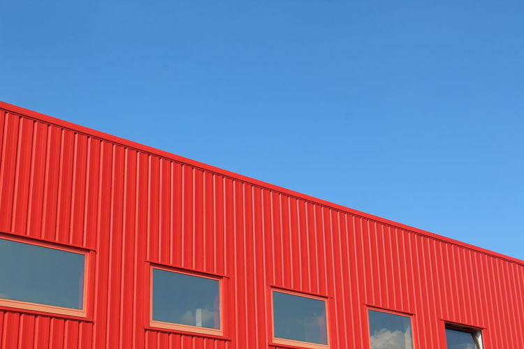 R E Đ Diagonal Geometric Architecture Geometry Urban City Building Exterior Window Architecture Colors Colorful Minimalism Red Clear Sky Cargo Container Industry Day No People Outdoors Sky The Graphic City Colour Your Horizn The Architect - 2018 EyeEm Awards My Best Photo 17.62°