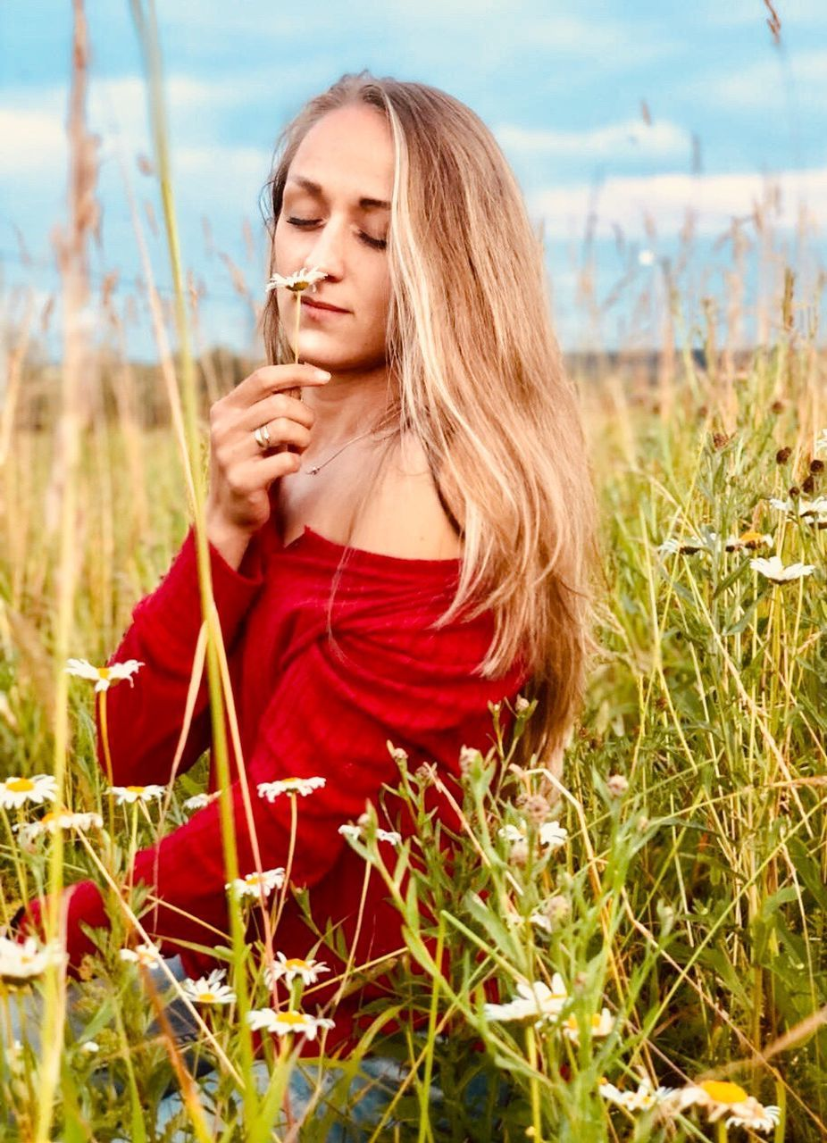one person, plant, long hair, young adult, hair, land, hairstyle, young women, leisure activity, real people, field, nature, lifestyles, grass, women, beauty, beautiful woman, day, contemplation, outdoors