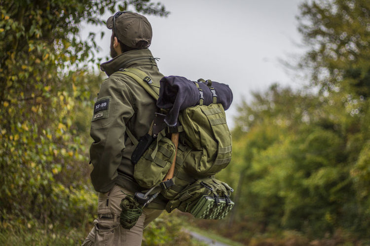 Reportage d'un tournage pour un court métrage. _ Reportage of a shoot for a short film. Yoco Rear View Adult Army Men War People Military Uniform Nature Low Angle View Tree Military Day Weapon Camouflage Clothing Army Soldier Sky Outdoors