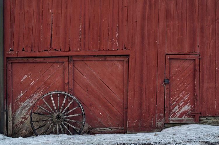 wagon wheel and red barn. Red Wood - Material No People Outdoors Architecture Welcometonewengland Scenics This Is New England Winter Weathered Wood Architecture Decaying Building Forgotten Things Built Structure Wintertime Snow ❄ Winter_collection Wheels Wagon Wheel Antique Old Barns Chaplin, Ct Red Paint