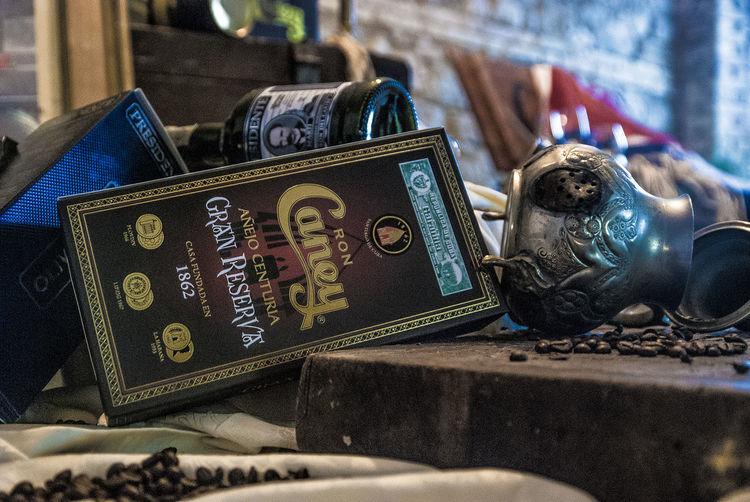 El Ron de CUba... un sogno chiamato Cuba Ancient Antico Cuba Dreaming Ron Rum Bandiera Close-up Drink Libro Oggetti Old Books Tromba Trumphet