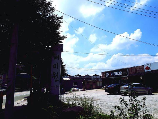 맑은 하늘을 바라보며 건물 Outdoors 길 풍경 Korea 필터 구름 하늘 그림자 Treval Blue Blue Sky Telephone Line Sky Cloud - Sky Building Exterior Cable Power Line