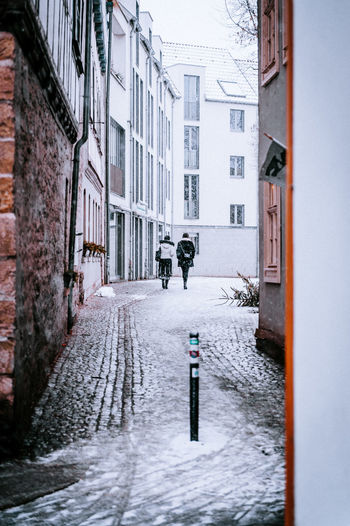 Building Exterior Snow Built Structure Architecture Cold Temperature Winter City Building Street Transportation Residential District Day Snowing Nature People Mode Of Transportation Unrecognizable Person Photography Themes Outdoors Krämerbrücke